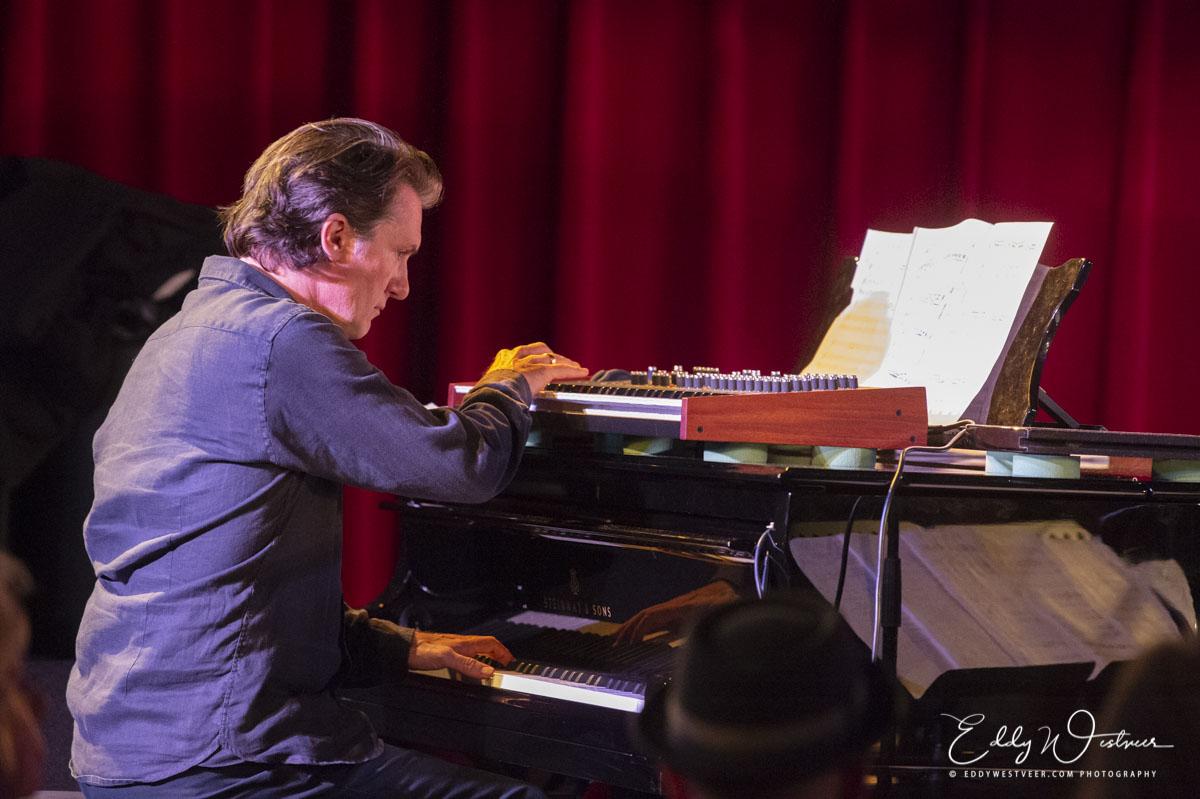 Mark van Roon op piano en Prophet REV2